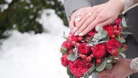 Manos de la novia en el ramo metrajes