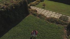 Manos de la onda de la hija y de la madre en cámara Tirado en abejón almacen de metraje de vídeo