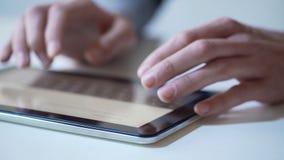 Manos de la persona que usa app móvil en la tableta moderna, servicios bancarios en línea almacen de metraje de vídeo