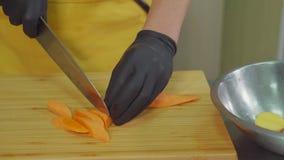 Manos de la zanahoria del corte del cocinero almacen de metraje de vídeo