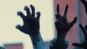 Manos de las criaturas malvadas que hacen gestos asustadizos en el aire, película de terror espantosa almacen de metraje de vídeo
