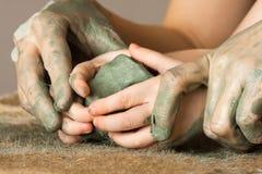 Manos de las manos rectoras del adulto del niño para ayudarle a trabajar con r Fotografía de archivo libre de regalías