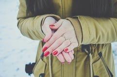 Manos de las muchachas en frío en día de invierno Imágenes de archivo libres de regalías