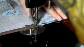 Manos de las mujeres de la costurera que usa la máquina de coser del vintage almacen de video