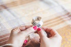 2016 manos de las mujeres que llevan a cabo centímetro de costura Imagenes de archivo