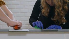 Manos de las mujeres que pintan el círculo de madera almacen de metraje de vídeo