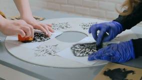 Manos de las mujeres que pintan el círculo de madera almacen de video