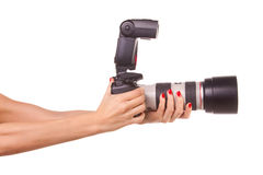 Manos de las mujeres que sostienen la cámara. Fotografía de archivo libre de regalías