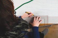 Manos de las plantillas del dibujo de la costurera Fotos de archivo libres de regalías