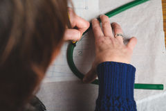 Manos de las plantillas del dibujo de la costurera Imagenes de archivo
