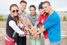 Manos de los adolescentes encima de uno a al aire libre Foto de archivo libre de regalías