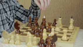 Manos de los adolescentes que juegan a ajedrez almacen de metraje de vídeo