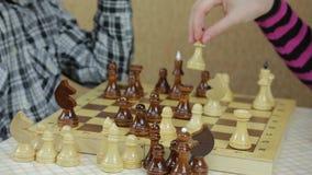 Manos de los adolescentes que juegan a ajedrez metrajes