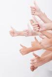 Manos de los adolescentes que muestran la muestra aceptable en blanco Foto de archivo libre de regalías