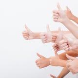 Manos de los adolescentes que muestran la muestra aceptable en blanco Foto de archivo