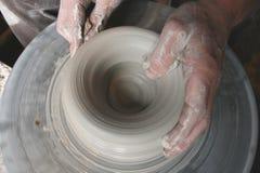 Manos de los alfareros en la rueda Fotografía de archivo libre de regalías