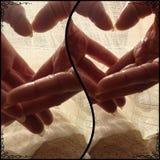 Manos de los amantes en momentos de los corazones imagen de archivo
