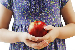 Manos de los cabritos con una manzana imágenes de archivo libres de regalías