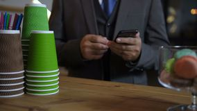 Manos de los clientes de servicio del barista en la cafetería almacen de metraje de vídeo