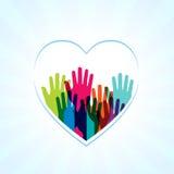 Manos de los colores para arriba en forma de los corazones ilustración del vector