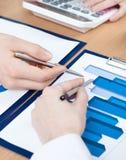 Manos de los encargados que discuten el diagrama Imagen de archivo