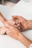 Manos de los mayores junto Foto de archivo libre de regalías