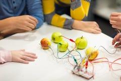 Manos de los niños con el equipo de la invención en la escuela de la robótica imagenes de archivo