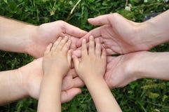 Manos de los niños en manos de adultos Fotografía de archivo libre de regalías