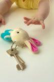 Manos de los niños para alcanzar para una gavilla un clave Imagen de archivo libre de regalías