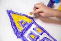 Manos de los niños que hacen Fingerpainting Foto de archivo libre de regalías