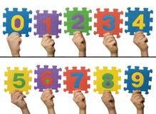 Manos de los niños que llevan a cabo números Fotos de archivo libres de regalías
