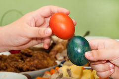 Manos de los niños que sostienen los huevos de Pascua Imagen de archivo libre de regalías