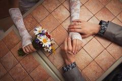 Manos de los pares de la boda Imagenes de archivo