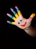 Manos de los pequeños niños que hacen Fingerpainting Fotos de archivo
