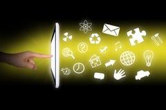 Manos de los seres humanos usando la tableta Imágenes de archivo libres de regalías