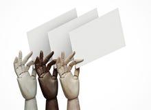 Manos de madera de diversos colores que llevan a cabo las páginas en blanco Fotos de archivo