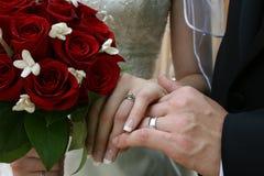 Manos de novia y del novio Foto de archivo libre de regalías