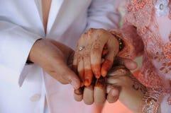 Manos de novia y del novio Fotos de archivo