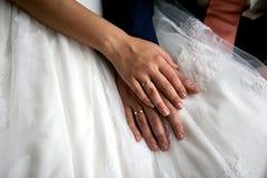 Manos de novia y del novio Fotografía de archivo libre de regalías