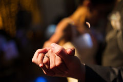 Manos de novia y del novio durante la primera danza Foto de archivo