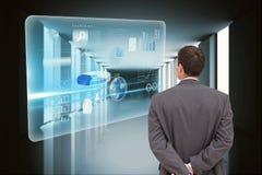 Manos de observación de los gráficos del hombre de negocios detrás de la parte posterior contra fondo de los gráficos imagenes de archivo