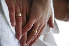 Manos de pares casados Fotografía de archivo libre de regalías