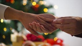 Manos de pares con el anillo de diamante en la Navidad metrajes
