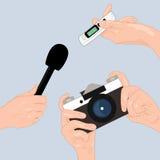 Manos de periodistas con el micrófono, la cámara y la grabadora Fotografía de archivo