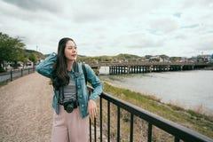 Manos de reclinación de confianza de la chica joven en la barandilla foto de archivo