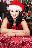 Manos de reclinación de la mujer en los regalos de Navidad Foto de archivo libre de regalías