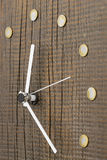 Manos de reloj con un dial superficial de madera envejecido, primer imagen de archivo libre de regalías