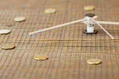 Manos de reloj con un dial superficial de madera envejecido, primer, foco selectivo fotografía de archivo libre de regalías