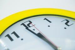 Manos de reloj que alcanzan medianoche del reloj de 12 o Imagen de archivo libre de regalías