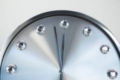 Manos de reloj que alcanzan medianoche de 12 relojes Foto de archivo libre de regalías
